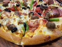 Mund, der köstliche Pizza-Nahaufnahme wässert Stockfoto