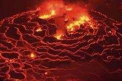 Mund des Vulkans mit Magma Flüssiges Magma in der Mündung lizenzfreie stockbilder