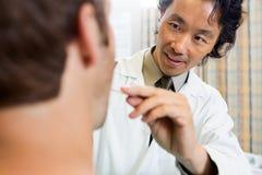 Mund Doktor-Examining Male Patients stockfotografie