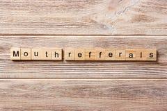 Mund refferals Wort geschrieben auf hölzernen Block Mund refferals Text auf Tabelle, Konzept Lizenzfreie Stockfotos