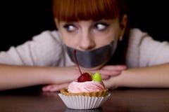 Mund versiegelt mit traurigen schauenden Kuchen des Bands Stockfoto