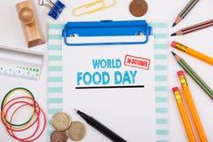 Mundo alimento dia o 16 de outubro Mesa de escritório com artigos de papelaria e telefone celular imagem de stock royalty free