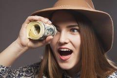 Mundo através do retrato do dinheiro de uma moça com dólares Foto de Stock