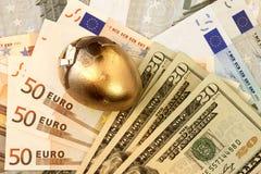 Mundo conectado e moedas foto de stock royalty free