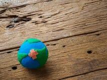 Mundo Día de la Tierra concepto del 22 de abril, globo hecho a mano en el b de madera Imagen de archivo libre de regalías