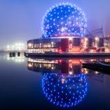Reflexão do mundo da ciência em Vancôver na noite foto de stock
