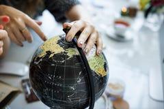 Mundo da descoberta que aprende analisando o conceito da cartografia Fotografia de Stock Royalty Free