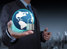 Mundo da mostra 3d da mão do homem de negócios com cadeado Imagem de Stock