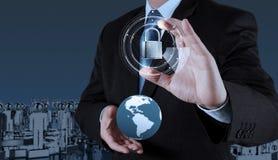 Mundo da mostra 3d da mão do homem de negócios com cadeado Foto de Stock Royalty Free