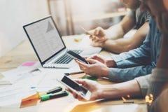 Mundo de Digitas Grupo novo dos diretores empresariais da foto que trabalha com projeto startup novo caderno na tabela de madeira Fotografia de Stock