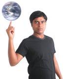 Mundo de giro de la persona joven en su yema del dedo Imagenes de archivo