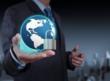 Mundo de la demostración 3d de la mano del hombre de negocios con el candado Imagen de archivo
