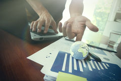 Mundo de la textura de la demostración del hombre de negocios en el documento de negocio Foto de archivo libre de regalías