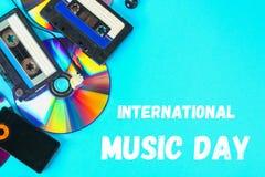 Mundo, dia internacional da música O conceito da evolução da música Gaveta, CD-disco, leitor de mp3 Vintage e modernidade Música imagem de stock royalty free