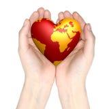 Mundo do coração nas mãos imagens de stock