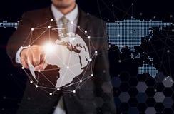 Mundo do toque do homem de negócios, global digital fotos de stock