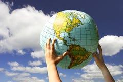 Mundo em nossas mãos imagens de stock