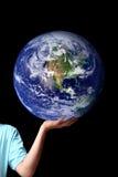 Mundo en la palma de sus manos - tierra del planeta Foto de archivo libre de regalías