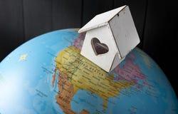 Mundo home do abrigo da casa imagens de stock royalty free
