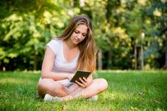Mundo moderno - muchacha adolescente con la tableta Fotografía de archivo