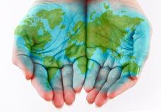 Mundo pintado nas mãos foto de stock royalty free