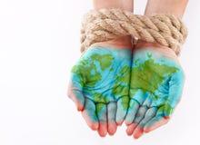 Mundo pintado nas mãos foto de stock