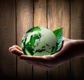 Mundo verde en la mano Foto de archivo libre de regalías