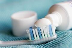 Mundreinigung mit Zahnbürste und Zahnpasta Stockbilder