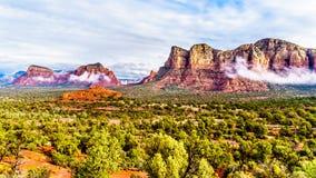 Munds bliźniaka i góry Butte czerwień kołysa góry otacza miasteczko Sedona obraz royalty free