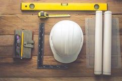 Mundury i wyposażenie inżyniery dla pracować na drewnianym fl obrazy royalty free