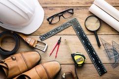Mundury i wyposażenie inżyniery pracuje - pojęcie dla mężczyzna fotografia stock