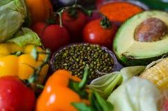 Mung φασόλια στο πιάτο γυαλιού και τα ζωηρόχρωμα θρεπτικά λαχανικά Στοκ εικόνες με δικαίωμα ελεύθερης χρήσης
