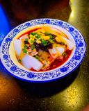 Mung frío chino Bean Noodles Topped con Bean Chili Sauce negro, los cacahuetes de la carne asada y las cebollas verdes de la prim Fotografía de archivo