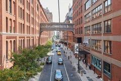 Munga gli studi e la vista elevata della via con la gente a New York Fotografie Stock Libere da Diritti