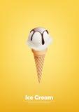 Munga il gelato nel cono, versi lo sciroppo di cioccolato, vettore Immagine Stock