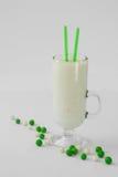 Munga la goccia verde e bianca del cocktail del frullato del yogurt della caramella Immagini Stock Libere da Diritti
