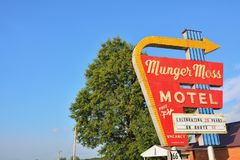 Munger Moss Motel en uitstekend neonteken stock afbeeldingen