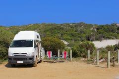 在一自由狂放野营在沙丘, Munglinup,澳大利亚的Campervan 图库摄影