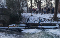 """MUNICH †""""JANUARI 28: En surfareridningöverkant av en våg på floden Isar Arkivbild"""