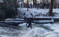 """MUNICH †""""JANUARI 28: En surfareridningöverkant av en våg på floden Isar Arkivfoton"""
