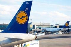 MUNICH - 5 AOÛT : Avion de Lufthansa dans l'aéroport Photo libre de droits