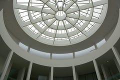 Munich, Alemanha - 1º de agosto de 2015: Vestíbulo moderno do der de Pinakothek, um museu de arte moderna, situado no centro de c Imagens de Stock