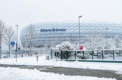 Munich, Alemanha - 18 de fevereiro de 2018: A arena de Allianz é coberta com a neve após a neve Foto de Stock