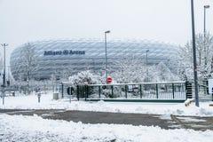 Munich, Alemanha - 18 de fevereiro de 2018: A arena de Allianz é coberta com a neve após a neve Imagens de Stock Royalty Free