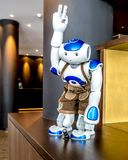 Munich, Alemanha - 16 de fevereiro de 2018: O robô do ` s primeiro do mundo na calças de couro está dando boas-vindas ao convidad fotografia de stock