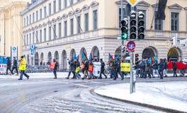 Munich, Alemanha - 16 de fevereiro de 2018: Os povos com bandeiras paquistanesas demonstram nas bandeiras levando da cidade com Fotos de Stock