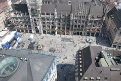 Munich, Alemanha 8 de julho: Multidão de Marienplatz da parte superior em Munic imagem de stock royalty free