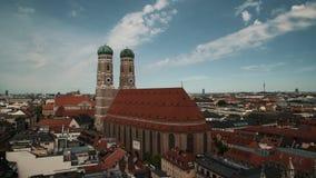 MUNICH, ALEMANHA - 5 DE JULHO DE 2019: Opinião do timelapse da arquitetura da cidade de Munich da igreja de nossa senhora Frauenk filme