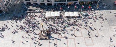 MUNICH, Alemanha - 5 de maio de 2018: A ideia aérea da parte superior do centro da cidade de Munich, Marienplatz, com povos aglom fotos de stock