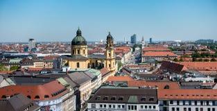 MUNICH, Alemanha - 5 de maio de 2018: Vista cênico da parte superior do centro da cidade de Munich fotografia de stock
